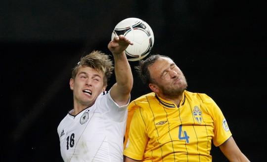 Toni Kroos gegen Andreas Granqvist Foto: Boris Streubel/Getty Images