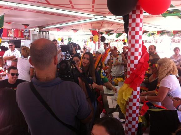 "Brasilianisches Fernsehteam in der Strandbar ""Tor"" (Foto: Christian Spiller)"