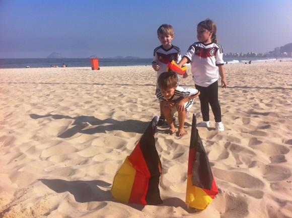 """Kinder vor der Strandbar """"Tor"""" (Foto: Christian Spiller)"""