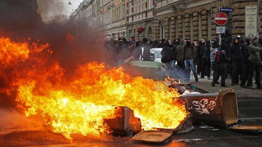Brennende Barrikaden auf der Route des Naziaufmarsches   Foto: dpa