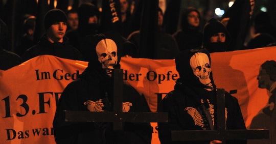 Gespenstisch - Neonazifackelmarsch am 13. Februar 2011 in Dresden © AFP
