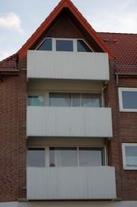 Zerstörte Scheiben in einem Wohnhaus, das mehrfach angegriffen wurde (Foto: www.landes-zeitung.de )