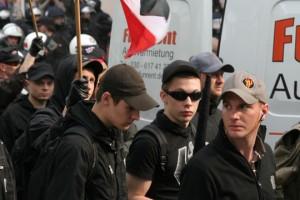 Autonome Nationalisten (Bildmitte und mit Fahne) aus Bückeburg am 1. Mai 2010 in Berlin