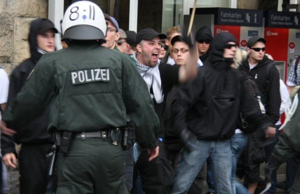 "Aggressive Neonazis nach verordneter ""Trauer"", Foto: Kai Budler"
