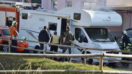 Feuerwehrleute und Polizisten stehen vor dem Wohnwagen der mutmaßlichen Täter (4.11.2011) © Carolin Lemuth/dpa
