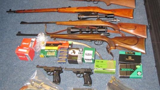 Vergangene Woche beschlagnahmte die Polizei in Bremen dutzende Waffen von NPD- und DVU-Mitgliedern © Polizei Bremen