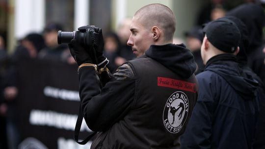 Ein Neonazi fotografiert Gegendemonstranten bei einem Neonazi-Aufmarsch im westfälischen Soest im Feburar 2011 © Roland Geisheimer/attenzione