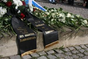 Kranz der Neonazis an Gedenkstele, Foto: Kai Budler