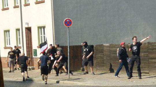 Steinewerfende Neonazis vor dem Jugendzentrum - die Polizei war trotz rechtzeitigem Notruf nicht zum Schutz des gebäudes gekommen
