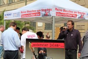 Während Stürzenberger redet, werden Unterschriften gegen ein islamisches Zentrum gesammelt © ash-bayern