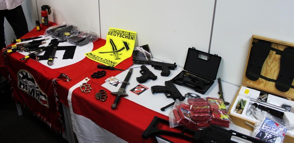 Symbolbild: Waffen und gewaltaufrufe sind keine Seltenheit bei Neonazis © Neumann