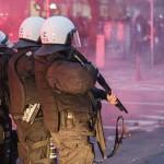 Die Polizei musste Gummigeschossen gegen die rechten Randalierer vorgehen © Theo Schneider