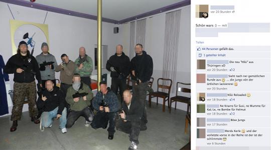 n den Kommentaren werden diese zehn Männer als NSU-reloaded bezeichnet. © Screenshot Facebook