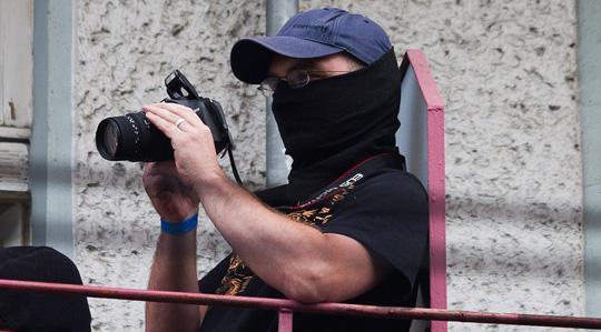 Fotografiert vermummt von seinem Balkon linke Demonstranten: NPD-Landeschef Sebastian Schmidtke © Christian Jäger