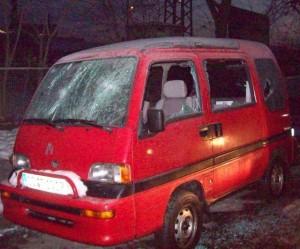 Von Rechten demoliertes Auto einer Antifaschistin