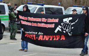 Anti-Antifa Transparent (2. v. r. Martin Wiese) © Timo Mueller