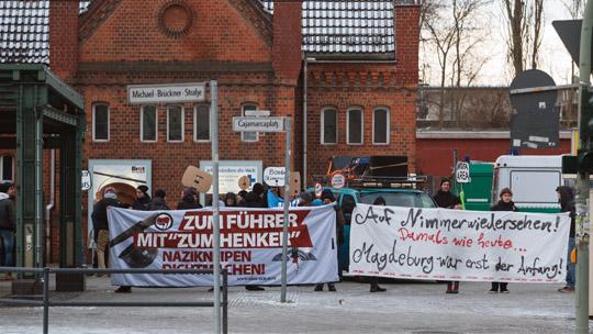 Protest am Treffpunkt der Neonazis am S-Bahnhof Schöneweide © Theo Schneider