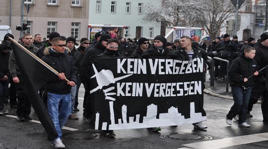 Annähernd 90 Neonazis zogen am Samstag durch das thüringische Weimar. © Johannes Hartl