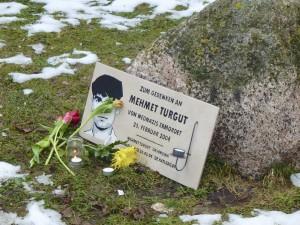 An einer provisorischen Gedenktafel sind Blumen für den ermordeten Mehmet Turgut niedergelegt worden. © Elena Vogt