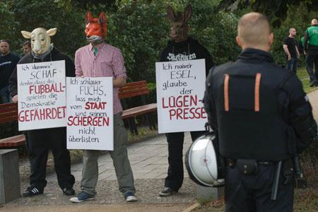 In der Mitte, Steve Schmidt mit Fuchsmaske. © Theo Schneider