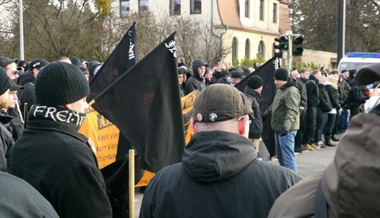 Neonazi mit Frei.Wild-Schal beim Naziaufmarsch im Januar 2013 in Magdeburg © Jesko Wrede