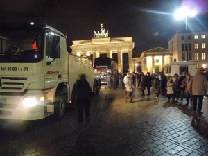 In einer Nachtaktion wird der Wärmebus der Flüchtlinge abgeschleppt © Dirk Stegemann