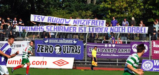 Fans von Tennis Borussia fordern ein entschlossenes Handeln des TSV Rudow. © Sören Kohlhuber