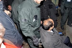 Auch Özcan Mutlu, bildungspolitischer Sprecher der Grünen-Fraktion in Berlin, setzte sich in einen Rollstuhl, der dann von einem Polizisten entfernt wurde © Enno Lenze