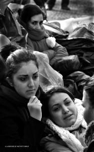 Beim Hungerstreik am Brandenburger Tor im Oktober 2012: Mina liegt im Arm ihrer kleinen Schwester Maryam, im Hintergrund deren Mutter Mansureh  © Gabriele Senft
