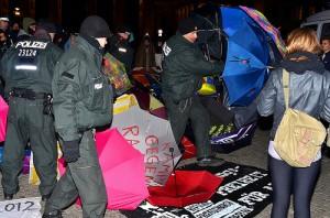 Immer wieder holt die Polizei vor allem Regenschirme aus dem Kreis der Aktivisten auf dem Pariser Platz © Enno Lenze
