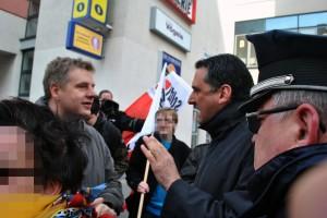 Lars Seidensticker (r.) diskutiert mit Enrico Rossius (l.) am Rande einer Kundgebung in Hennigsdorf . © Sören Kohlhuber