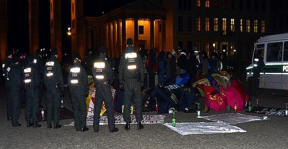 Oktober 2012: Polizisten umstellen das Flüchtlingscamp vor dem Brandenburger Tor © Enno Lenze