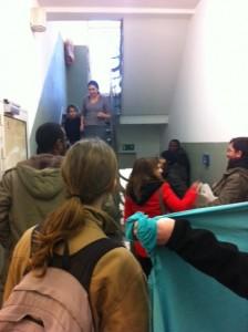 Um die zehn Unterstützer und Flüchtlinge sprechen mit den Heimbewohnern in der Geisselstraße © Caro Lobig