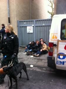 Die Gruppe der Bustour versucht, sich gegenseitig zu schützen © Caro Lobig