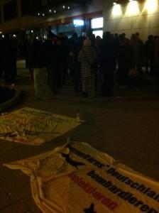 Etliche Stunden warten die Unterstützer auf die Festgenommenen in Köln-Kalk © Caro Lobig