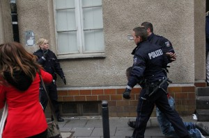 Derya Kilic (rote Jacke) war bei dem Polizeieinsatz vor Ort  © Marco Pietta