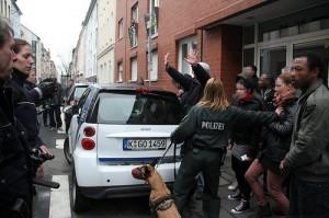 Außenstehende werden grundlos von Polizisten immer wieder zur Seite gestoßen - so auch ich von der Polizistin mit Hund © Marco Pietta