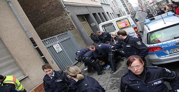 Gewalt statt Kommunikation - das war offenbar die Devise der Polizei vor dem Flüchtlingslager in Köln-Ehrenfeld © Marco Pietta
