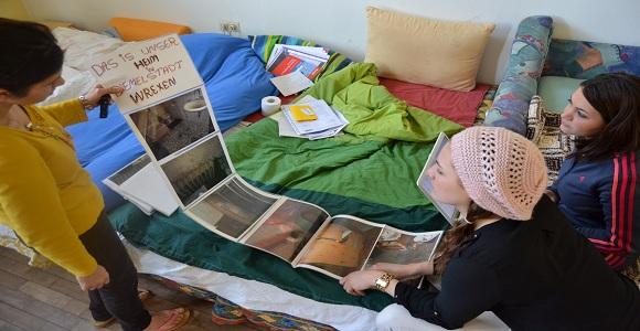 Mansureh zeigt mir Bilder vom Flüchtlingsheim in Wrexen, in dem sie mit ihren Töchtern leben musste © Navid A. Bookani