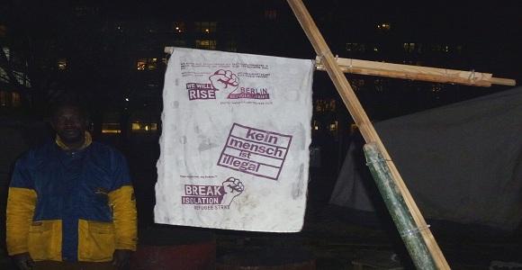 Im Refugee camp am Oranienplatz erinnern die Flüchtlinge mit Bannern an ihre Forderungen © Caro Lobig