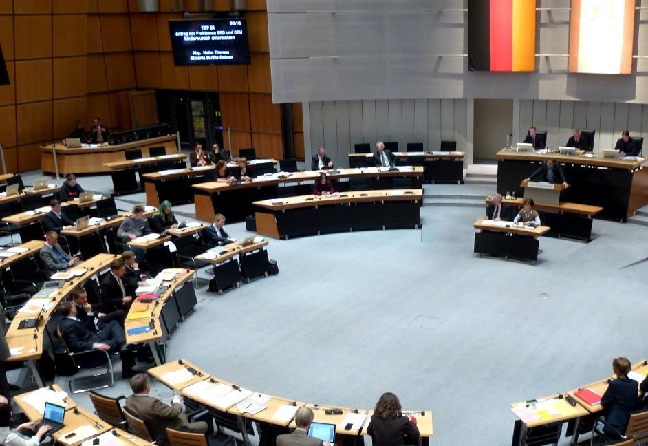 Im Berliner Parlament bringt Bayram (rechts unten im Bild) Anträge ein, die die Situation der Flüchtlinge verbessern sollen © Caro Lobig