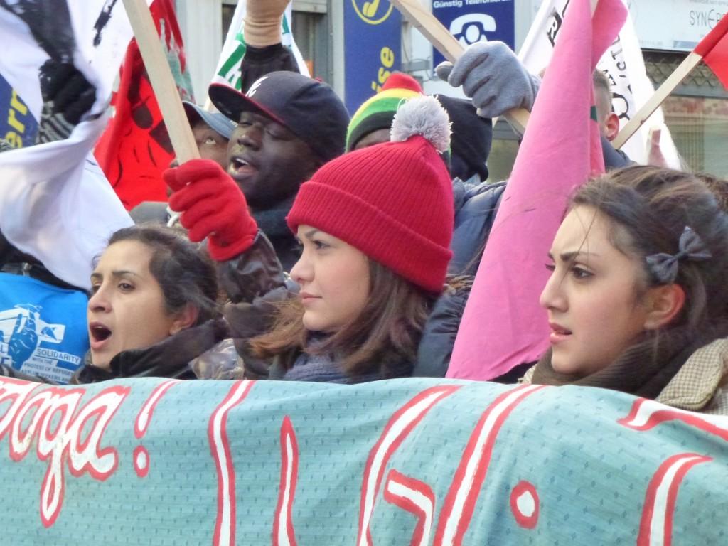 Mansureh und ihre beiden Töchter Mina und Maryam sind drei von wenigen weiblichen Geflüchteten aus dem Iran, die mit protestieren © Caro Lobig