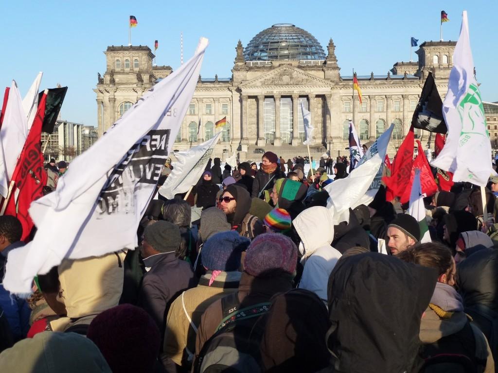 Vor dem Bundestag endet der Protestmarsch mit Redebeiträgen und Kampfliedern, zu denen die Aktivisten tanzen und singen © Caro Lobig