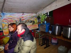 Sia Cox und ihr Freund leisten den Flüchtlingen im Küchenzelt Gesellschaft © Caro Lobig