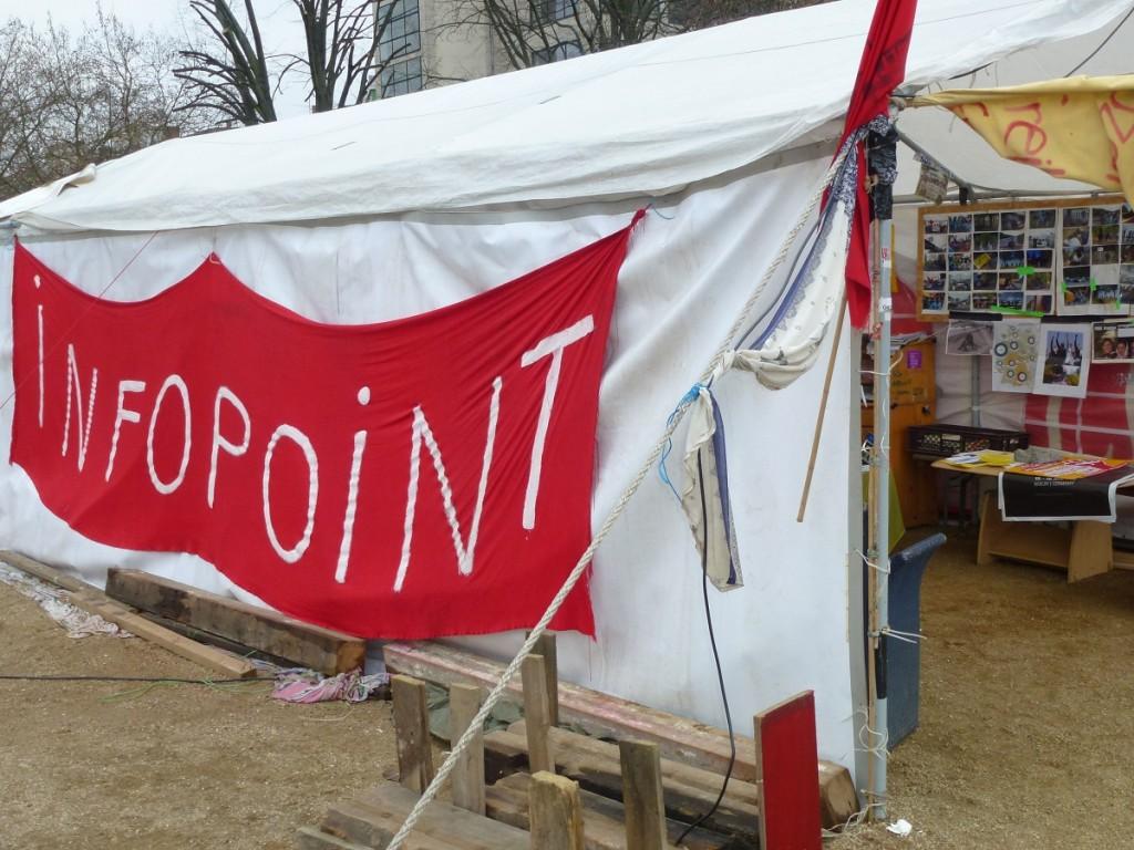 Am Infopoint empfangen Flüchtlinge und Unterstützer interessierte Passanten © Caro Lobig