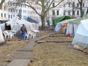 Mit Holzpaletten und Stroh trotzen die Camp-Bewohner dem Winter © Caro Lobig