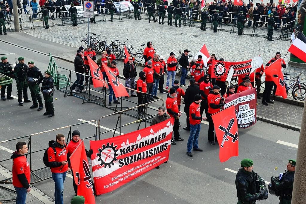 FNS- Kundgebung in Nürnberg, die meisten tragen rote T-Shirts