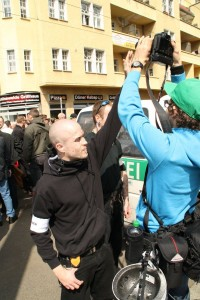 Ordner einer NPD-Demonstration behindert Journalisten, Foto: Publikative.org