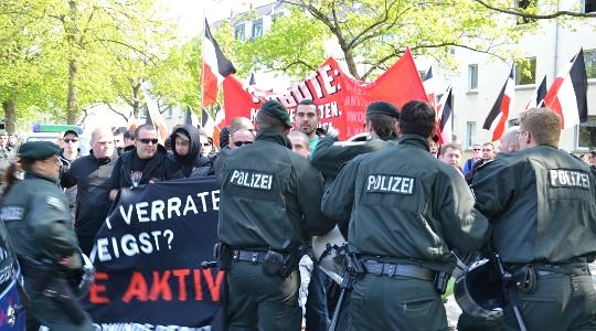 Gewaltbereite Neonazis liefern sich am 1. Mai Auseinandersetzungen mit der Polizei in Dortmund und versuchen Polizeiketten zu durchbrechen (Symbolbild) © Max Bassin