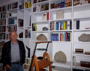 Wallraff hat in seinem Haus in Köln ein riesiges Bücher-Regal, unter anderem mit seinen eigenen Werken auf verschiedenen Sprachen © Lobig